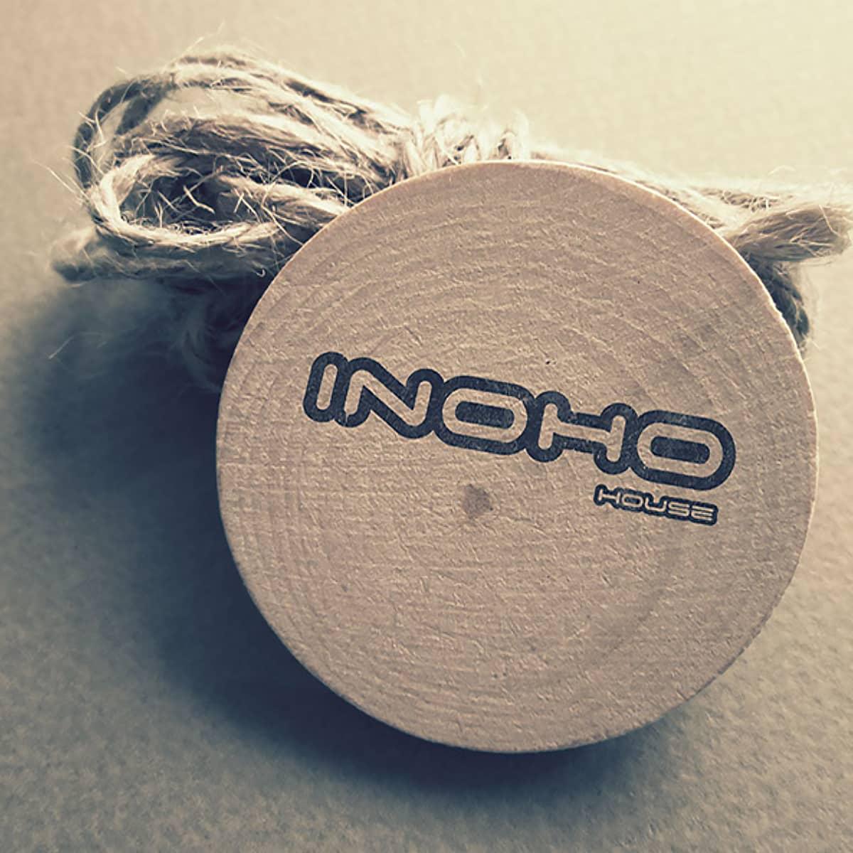 inoho house, wizualizacja logo na drewnie-crop-u27658